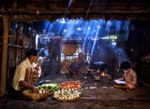 PhotoVivo Honor Mention - Thi Ha Maung (Myanmar) <br /> One Family Each Duty